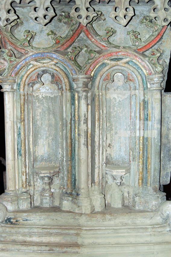 Endzustand - die Fassungsfragmente vergangener Epochen sind wieder sichtbar. Es handel sich um mindestens drei uebereinanderliegende polychrome Fassungen.