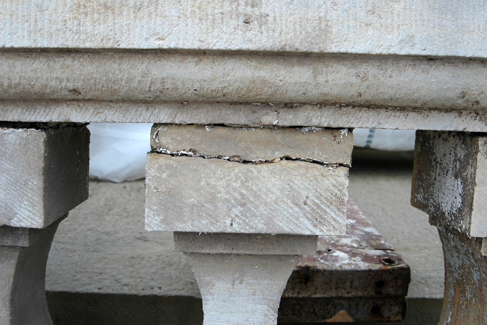 Flachdach und Balustrade im Vorzustand GerissenerBaluster.