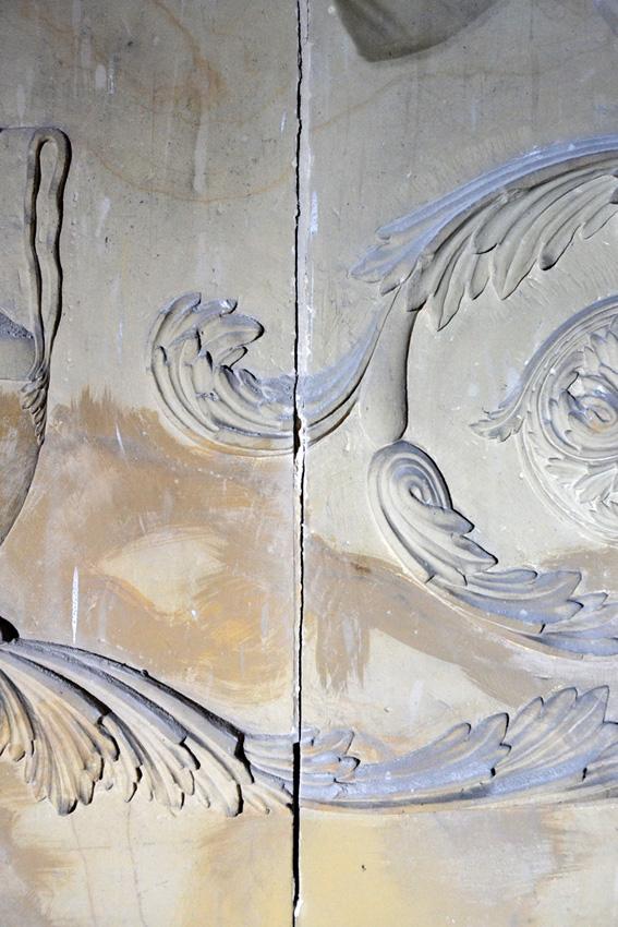 Innenausstattung Detail eines Frieses im Vorzustand. Erkennbar sind dichte Staubauflagen und Verunreinigungen Abgerissene Fugen und grob ausgefuehrte Alt Retuschen.