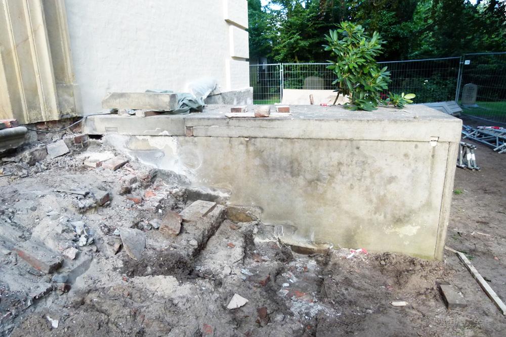 Treppenanlage waehrend der Massnahme. Desolates Fundament nach dem Ausbau der Blockstufen.